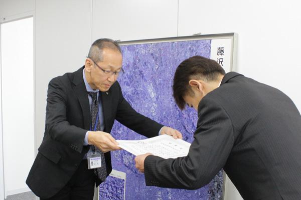 ▲令和2年3月3日(火)、藤沢市都市整備部(左)より感謝状を頂戴致しました。