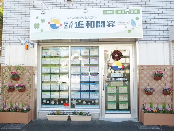 事務所は桜道沿い