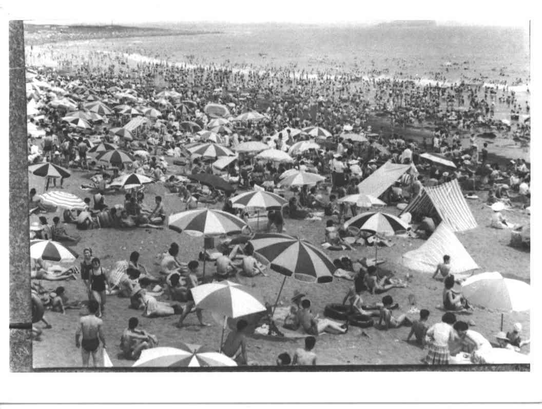 昭和30年代初頭の茅ヶ崎海水浴場にぎわい