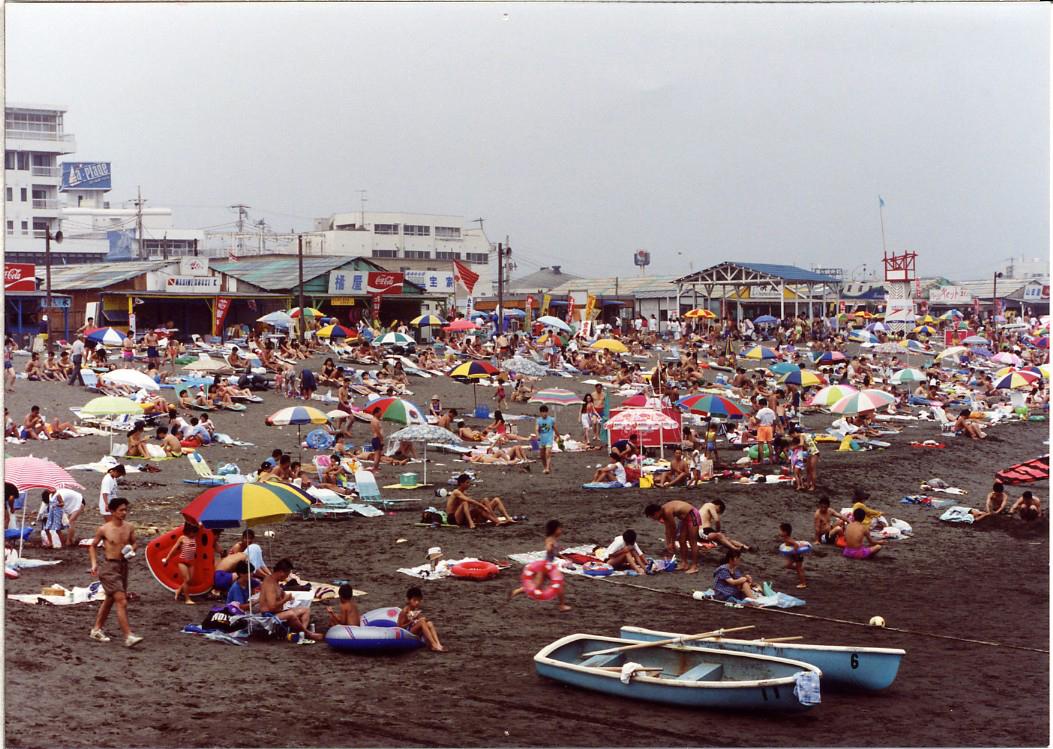 茅ヶ崎海水浴場のにぎわい(平成2年)