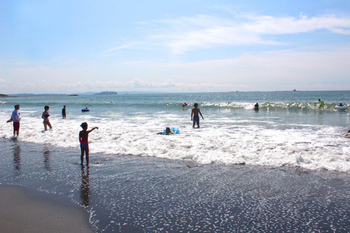 サザンビーチちがさきで海水浴を楽しむ様子