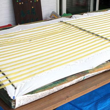 木枠に貼られたシルク布